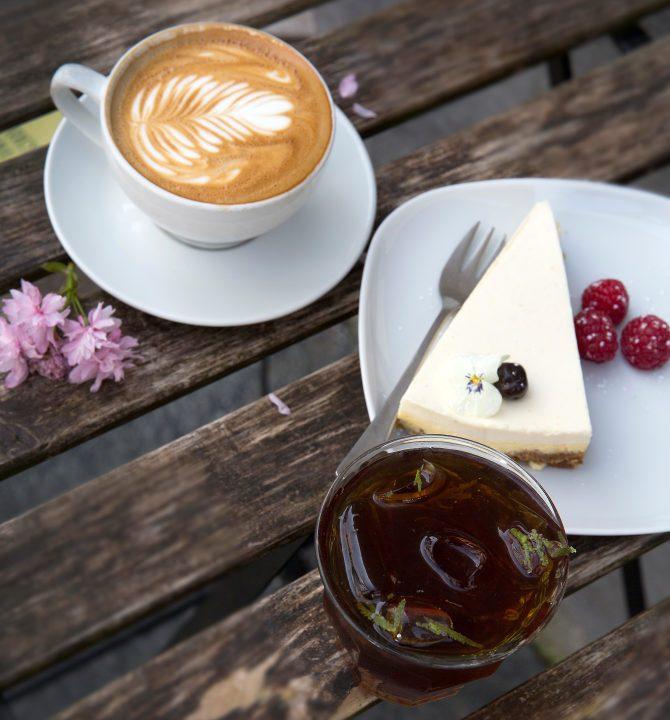 Iskaffe, ostekake og cappuccino på Det lille Kaffekompaniet i Bergen